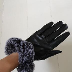 Super elegante handsker i imiteret læder og med kunstpels. Er ikke helt sikker på størrelsen, men det svarer nok til en str. 6-7 :-)