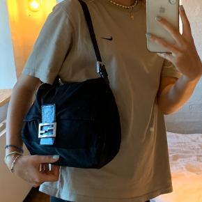 """FENDI Mama Baguette taske! Sælges ved rette bud!✨ Jeg har selv købt den secondhand, men kun brugt den få gange, så den er i fin stand😌  Vil lige nævne at stoffet er """"coated"""", da jeg selv blev overrasket da jeg fik den, men det er bare sådan den er født💞 Skriv endelig for flere billeder eller info om tasken✨"""
