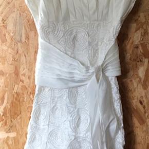 Sælger denne smukke konfirmations kjole i perlehvid den er brugt en gang den fejler intet. det er en str. M. Kan også bruges af en S. Hvor den stadig sidder pænt.  For mere info eller et billede af den med dem på er i velkommen til at skrive er åben for bud. Nypris 1500kr