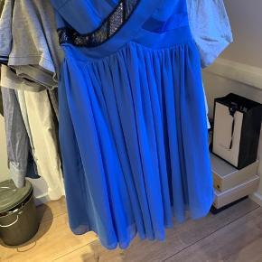 Lipsy kjole - så fin og så behagelig.  Har været brugt 2 gange og derefter renset.  - ingen synlige fejl eller andet på kjolen.  Str. US 6 - 36 (xs-medium) alt efter størrelse på bryster.