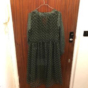 """OBS. MANGLER UNDERKJOLE‼️  Langærmet kjole fra Neo Noir i str. small (vil passe en small eller medium)🌼 Som skrevet ovenfor, mangler underkjolen, så jeg sælger bare """"den yderste del""""😉"""