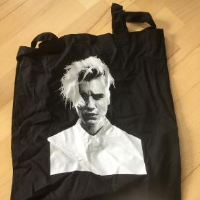 Købt til Justin Biebers koncert i Parken i København. Kun brugt ganske få gange. Sendes mod porto