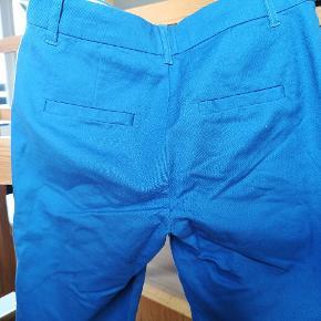 Smuk blå buks, vasket en enkelt gang Str 32 men kan passes af str 34 også