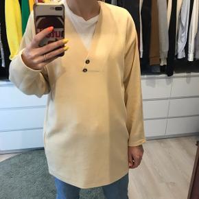 Vintage pastel gul trøje med v-neck. Mega fin og kan styles på mange måder.