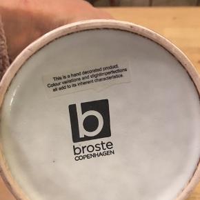 Broste, Nordic vase gråhvid glasur, højde 14,5cm, diameter 9,5cm. 100kr Kan hentes Kbh V eller sendes for 45kr DAO, godt indpakket men på købers eget ansvar.