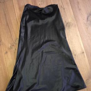 Super fin satin nederdel i sort, nederdelen er i en strørelse small😃