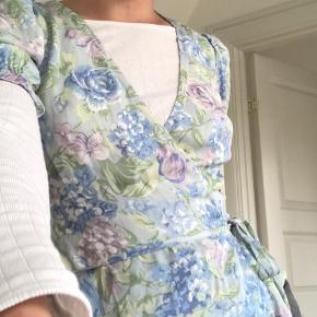 Super fin wrap bluser fra & other stories, stadig med mærke, aldrig brugt. Skriv gerne for flere billeder/info❤️