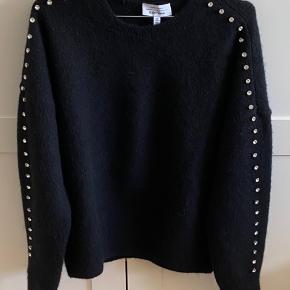 Smuk sort strik i uld fra &OtherStories med sten ned af ærmerne. Nypris 700 kr. Aldrig brugt.