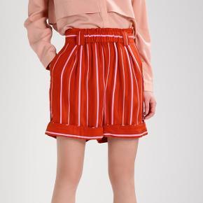 Sælger disse rødlige shorts i silke fra Stine GoyaNypris var 1300 kr.   Byd eller evt bytte
