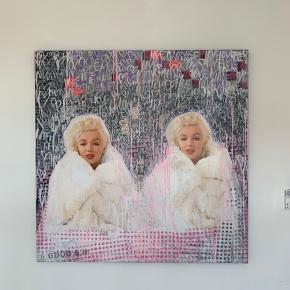 Jan Klein maleri sælges. Maleriet er bygget op på collager med forskellige billeder og maling. Motiverne på billederne er alle af Marilyn Monroe.  Maleriet måler 1.40 x 1.40 og er 4 cm bredt.   Skriv for pris 😊