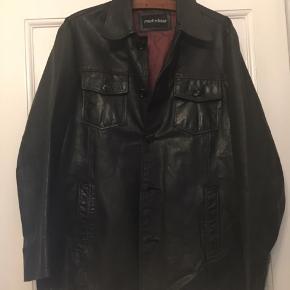 Rock'n'blue læderjakke, str. xl, flot sort læderjakke. Længde 82cm. God men brugt stand. Læderet er fint men der er lidt slid i foret - der skal sys et lille stykke i den ene skulder - derfor sælges den for kun 250kr. Kan hentes Kbh V eller sendes for 45kr