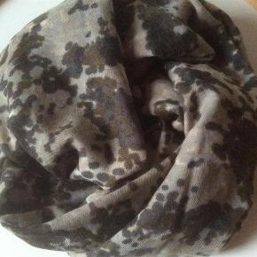 Varetype: Tørklæde Størrelse: 125cm x 190cm Farve: Camouflage se Oprindelig købspris: 800 kr.  Kudibal tørkklæde i 100 % uld. Mærket er pillet af, da det var så stort.  Porto er sendt som pakke uden omdeling med DAO.
