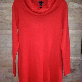 H&M Sweater, Næsten som ny. Brovst - Fin lang rød striksweater i str.M, med stor rullekrave. Længde: 80cm Brystomkreds: 96cm Sender til GLS eller DAO shop for 38kr. Prisen er fast, men fri porto ved køb over 300kr, så tjek endelig mine mange andre annoncer.... H&M Sweater, Brovst. Næsten som