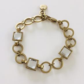 Rigtig fint Dyrberg\Kern armbånd i mat guld med facet slebne krystaller der giver et flot lysspil ✨