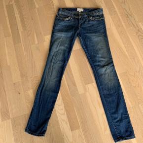 Lækre bløde jeans i lidt slidt look fra Current/Elliott i str. 26, brugt få gange.   Indvendig livvidde ca. 80cm Benlængde ca. 103 cm Indvendig benlængde ca. 83 cm  Style: The Skinny  Bytter ikke!  #sundaysellout