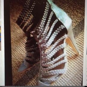 Aldrig brugt   10 cm hæl   Har et hak ved hælen ( se billede) derfor de sælges så billigt.   Kan sendes mod gebyr   Mængde rabat gives ved køb af flere ting 😊