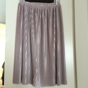 Fin nederdel i rosa, som har et metallic skær :) Brugt én enkelt gang.