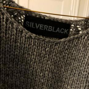 Lækker blød og varm strik i uld og alpaca fra Silverblack. Standen er som ny. Kradser ikke spor (synes jeg ikke) :-)