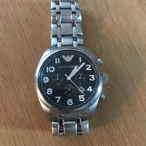 Uret er i pæn stand. Det har få lommeridser efter brug i en periode.   Model: AR0508