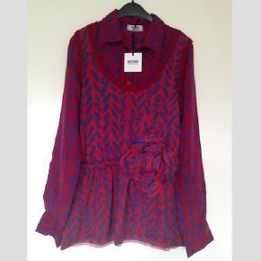 Silke blouse og uld vest i 1 fra italienske Moschino Cheap and Chic i str. 38/M.Stof 1 - 100% Silke, stof 2 - 40% uld, 28% rayon, 15% polyamid, 10% cashemir, 7% angora. Aldrig brugt, med prismærker. Bytter ikke