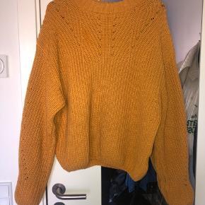 Karrygul sweater fra Co'couture. Går ind forneden og ved ærmerne. Meget fin, synes bare ikke den klæder mig.  Kan afhentes i Århus C eller sendes med DAO for købers regning.   Kom med et bud!
