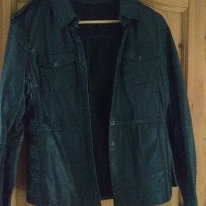 Fede læderskjorte fra Stella Nova i det blødeste skind. Bytter ikke.  Husk at tjekke resten af mine annoncer. Rydder godt ud.