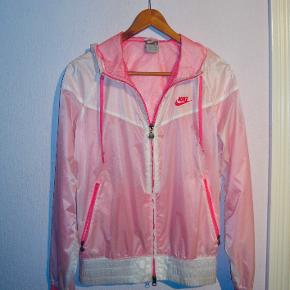Den populære vindjakke (windbreaker) fra Nike i pink/lyderøde nuancer. Hætte + lynlås + lommer i siderne.   Alle bud er velkomne! Se også mine andre annoncer :-)