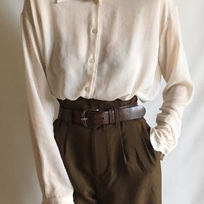 Helt vildt elegant og blød skjorte fra Acne Studios i cremehvid farve. Størrelse S-L afhængigt af ønsket fit. Modellen er 177 høj og bruger normalt størrelse 36 eller S. Sælges billigt, da der er nogle små løse tråde rundt omkring, som er næsten umulige at undgå, fordi materialet er så fint. De kan sagtens vendes ind på den anden side med en nål. 200 dkk + forsendelse.   Tjek gerne mine andre annoncer. 🕊