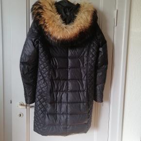 """Rock and blue jakke STR 40 sælges. Passer en medium da den er lille i størrelsen ☺️ brugt 2 vintre on and off. Den nederste lynlås """"dims"""" man holder ved er faldet af, men jakken kan sagtens lynes da der er 2 lynlåse.  Og ellers er jakken helt fin!"""