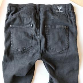 Jeans fra WEEKEND CPH. Jeg har haft dem på maks 10 gange, så de fremstår stadig helt nye, med undtagelse af logoet bagpå som desværre ikke længere er helt intakt. Det eneste jeg har at udsætte på bukserne er lynlåsen som er utrolig irriterende.  Str 33/32  Jeg gør lige opmærksom på at modellen er skinny fit.