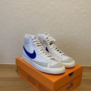 Sælger disse helt nye 'Nike Blazer mid 77' OG' i denne flotte colorway med blå swoosh. Skoene har aldrig været i brug.   Kommer med original kasse.