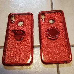 Flotteste røde silicone cover til Huawei P20 Lite. Coveret har similisten hele vejen rundt i kanten, glimmer på bagsiden og metalring som kan vippes, så den kan stå på bordet, drejes 180 grader og sikre et fast greb, når man holder den. 2 stk haves, pris pr stk, eller begge 2 for 75kr. (Snor på modelbilledet medfølger ikke)
