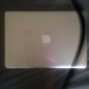 Sælger min MacBook Pro fra maj 2013. Den har ridser her og der, men ikke i skærmen, touchpad eller tastatur. Den fungerer perfekt. Sælges, da jeg køber en pc.