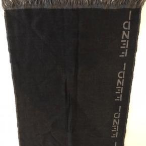 Sælger dette pæne halstørklæde, da jeg ikke får det brugt. Det er næsten ikke brugt.  Størrelsen er 39x150 cm.  Det er ægte.