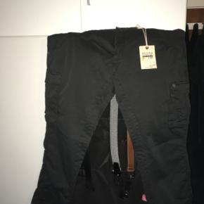 Cargo pants fra Blend i koksgrå farve. Størrelse W46 L30. Aldrig brugt, stadig med mærke på.