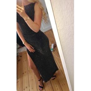 Flot galla kjole med slids i venstre side. Stretchy materiale som former sig efter ens kropsform! Brugt 1 gang.