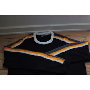 #SundaySellout  Stribet sweater  - Super blød   Pasform: - Passer en 40-42 - længde: 102-117cm  Styling: - Perfekt til både mørke og lyse cowboy bukser  - Kan styles fint med et par Chelsea boots og en frakke. - Den kan også styles street/ afslappet med sneakers, cowboybukser + jakke.
