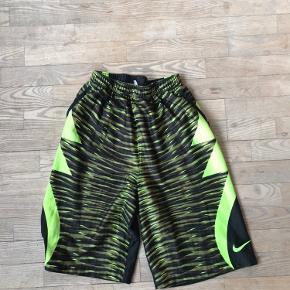 Flotte kevin durant  x Nike basketball-shorts.  Det er børne-størrelse XL = 13-15 år, 158-170 cm.   Køber betaler porto og evt ts-gebyr