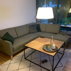 K øbt i juni måned. Sælges grundet køb af ny sofa. Fejler absolut ingen ting. Er ikke brugt meget.  Længde: 227 cm  Højde: 80 cm  B/D: 200 cm   Sofaen er polstret med polyetherskum, der sørger for, at du får en blød og behagelig siddekomfort. Polyetherskum er meget lidt påvirkeligt af fugt, og derfor gør skummet også, at du får en sofa, der er hygiejnisk. Og udover at du får en praktisk og stilren sofa, der er nem at indrette med, får du også et møbel, du altid sidder behageligt i.  Nypris 10.000 kr.