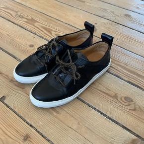 Fede sneakers fra by Malene Birger. Kun brugt en enkelt gang. Sorte med læder, lak og Seje snørebånd.   Jeg giver rabat ved køb af flere ting!