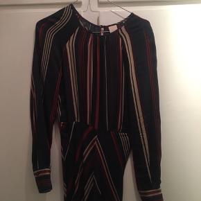 Så flot kjole fra H&M, som giver det fineste snit.