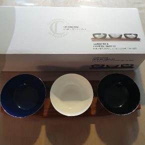 CathrineHolm skåle på bræt. Har kun lige været pakket ud for at tage billede, så ligger stadig i original emballage. Nypris er 599,95 kr.