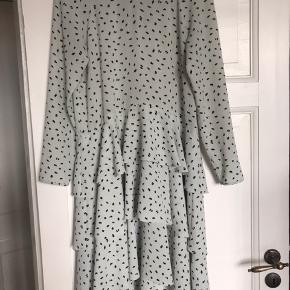 Fineste H&M trend kjole i mintgrøn og sort.  Den er brugt men det ses ikke i form af pletter eller huller.   Sælger kun til prisen, og køber betaler Porto/gebyr.   Passer en 36 og 38.