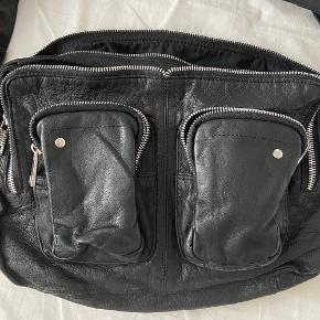 Lækker taske fra Nunoo Sort læder Model // Alimakka Nypris // 1200