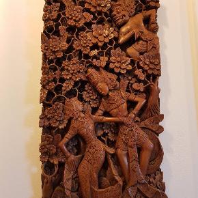 ORIENTALSK RELIEF Meget fint arbejde i udskåret træ. 30 år gammelt.  51x26 Se de andre ting, som jeg har til salg.