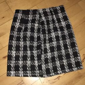 Prettylittlething ternet nederdel str 32 men fitter også 34. Aldrig brugt ingen bytte