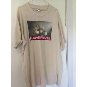 Skøn oversize T-shirt med blomsterprint. Brugt 2 gange  #30dayssellout