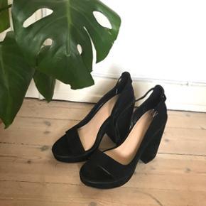 🙏🏼 ALT SKAL VÆK - SÆLGER BILLIGT 🙏🏼 👗 Flotte høje sko 👠 ZARA  👚 Str. 40, men en passer str. 39 👑 De er helt nye, aldrig brugt   🔥Se også mine mange andre annoncer og følg mig gerne - der kommer løbende nyt🔥