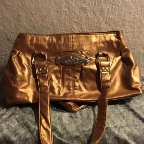Flot taske i guld bronze farve med flere rum. Køber betaler Porto