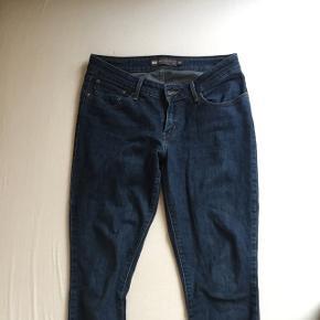 Flotte mørkeblå jeans fra Levi's. Jeg er ikke helt sikker på størrelsen, da den hedder 8/29 (se billedet). Tror det er omkring en small/medium.